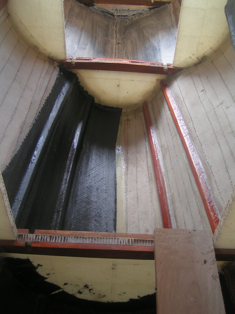 Internal biaxial carbon fiber laminate in the kite sailer hull